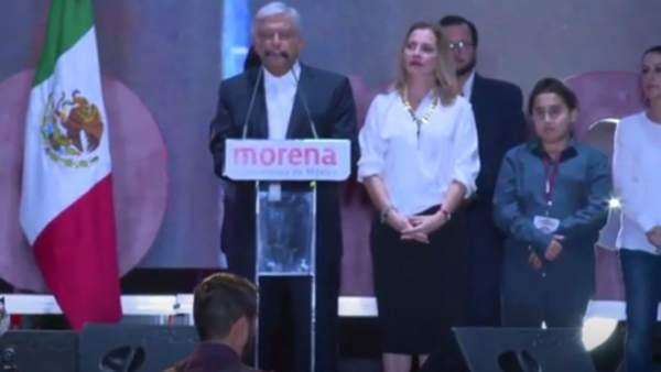 Piden respeto para el hijo menor del presidente electo de México, insultado por su peinado