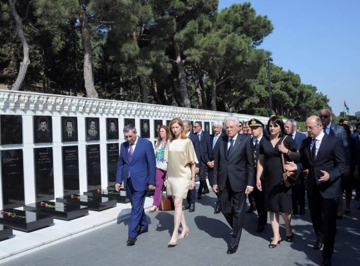 Le président italien visite l'Allée des Martyrs à Bakou