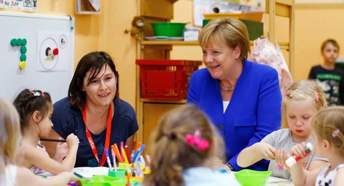 Merkels FOTO wird zu Lachnummer wegen schlüpfrigen Sex-Bären im Hintergrund