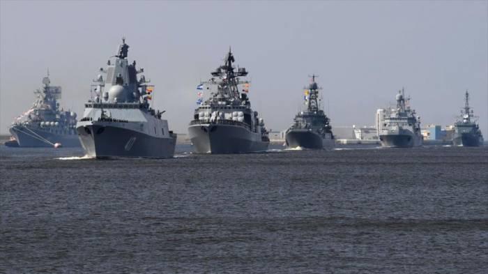 Buques de guerra de Rusia maniobran cerca de San Petersburgo