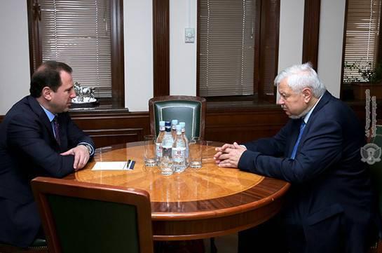 Ministro de Defensa armenio discute el conflicto de Karabaj conKasprzyk