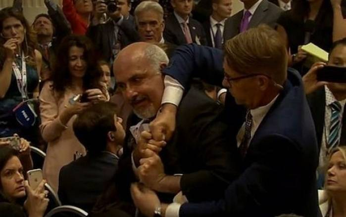 Putinlə Trampın mətbuat konfransında insident - VİDEO