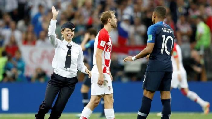 Des membres des Pussy Riot font irruption sur le terrain en pleine finale France-Croatie