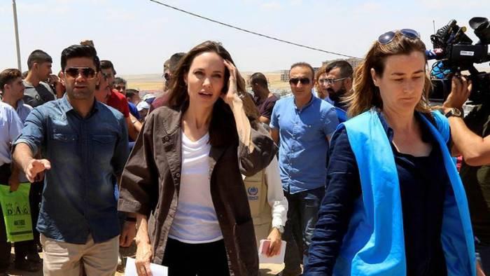 VIDEO: Angelina Jolie habló con una madre siria en su visita a un campo de refugiados en Irak