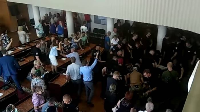 50 arrested after city council session descends into fist-fight in Ukraine - VIDEOS