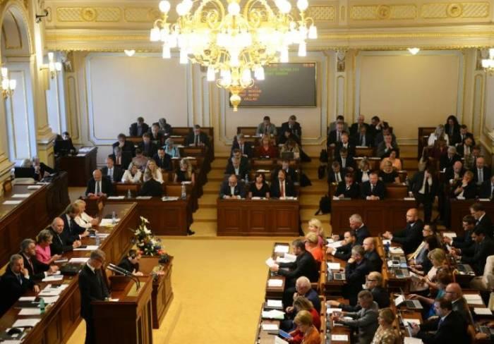 Gobierno minoritario checo obtiene voto de confianza gracias a los comunistas