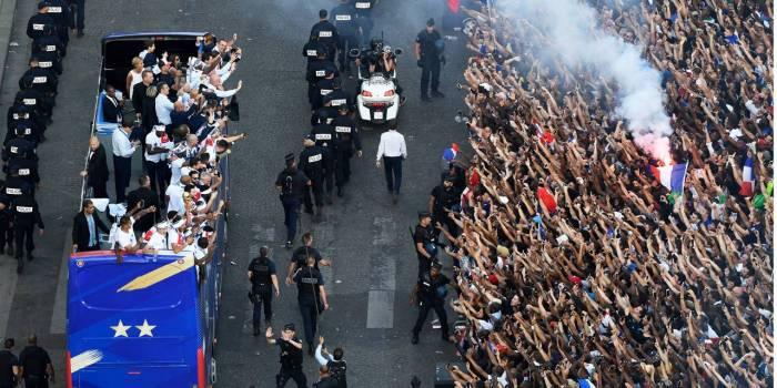 Mondial-2018 : les Bleus champions du monde descendent les Champs-Elysées à Paris