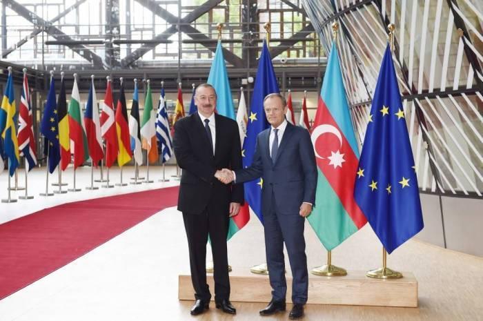 İlham Aliyev se reúne con Donald Tusk
