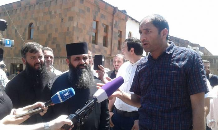 Ermənistanda etirazçılar kilsəyə basqın etdilər