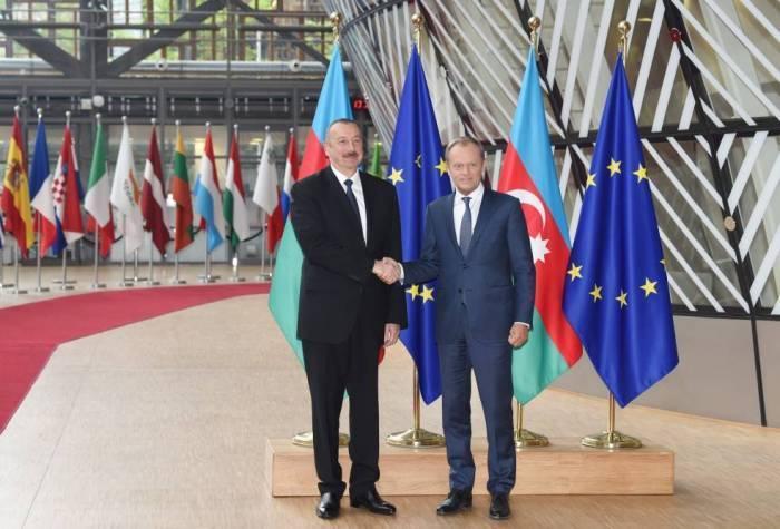 Tusk escribe sobre su entrevista con Aliyev en su perfil de Twitter