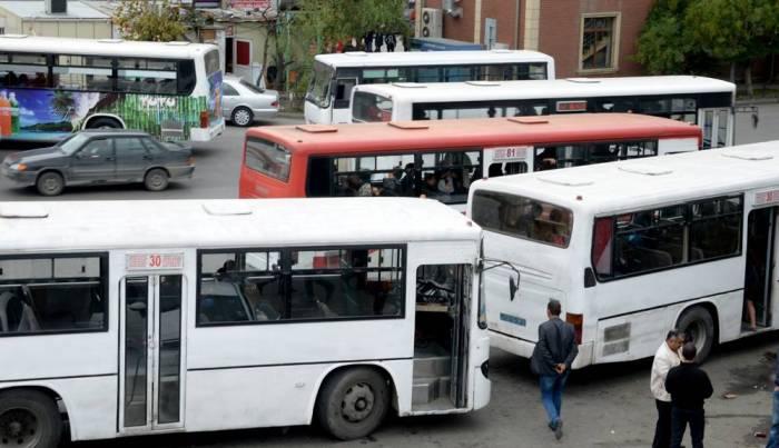 Bakıda avtobusda insident: Sərnişin sürücünü döydü (VİDEO)