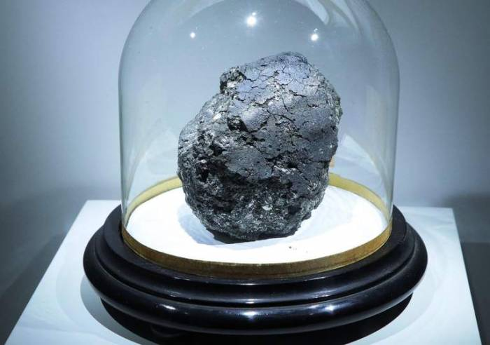 Scientists find ancient meteorite that could show where life came from