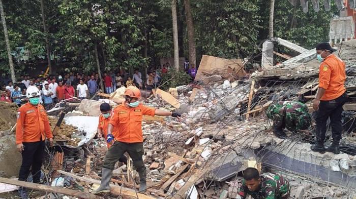 Ascienden a 131 los muertos por el terremoto en Indonesia