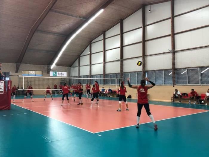 Aserbaidschanische Volleyball-Damen schlagen kroatische Auswahl