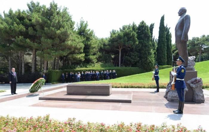 Le président tadjik a visité la tombedu leader national Heydar Aliyev