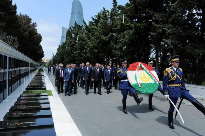 Emomali Rahmon rend hommage aux martyrs à Bakou