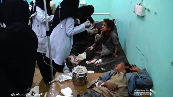Yemen war: Children killed in air strike on bus