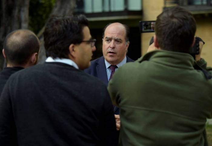 El Parlamento venezolano pide desconocer la orden de captura contra un diputado exiliado