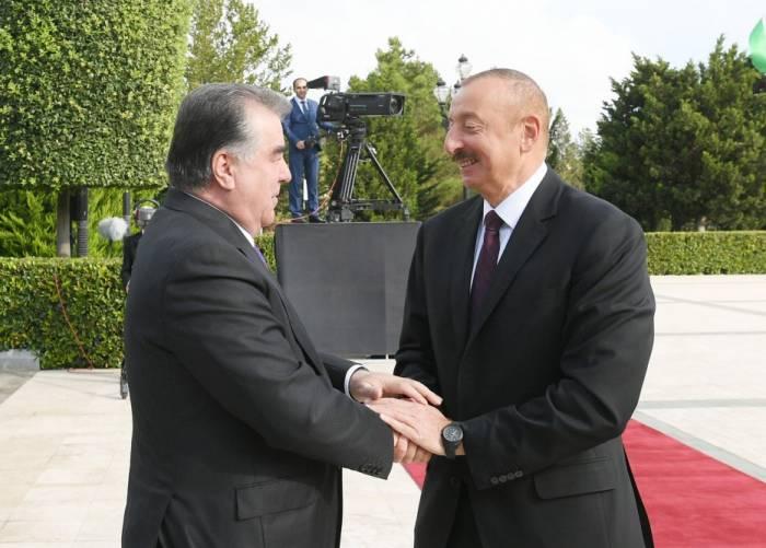 Offizieller Empfang von Tadschikistans Präsident Emomali Rahmon in Baku