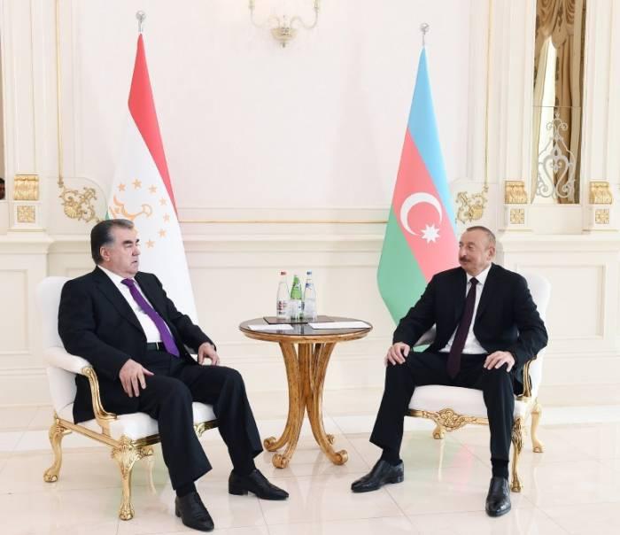Präsident Aliyev trifft Präsident Emomali Rahmon zum Vier-Augen-Gespräch