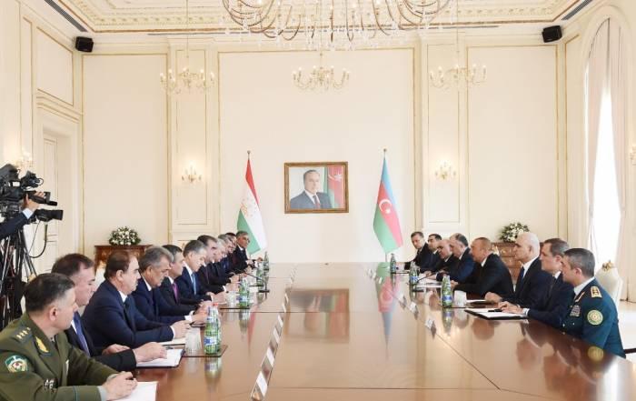 Treffen von Staatspräsident Ilham Aliyev und dem Präsidenten Emomali Rahmon im erweiterten Format