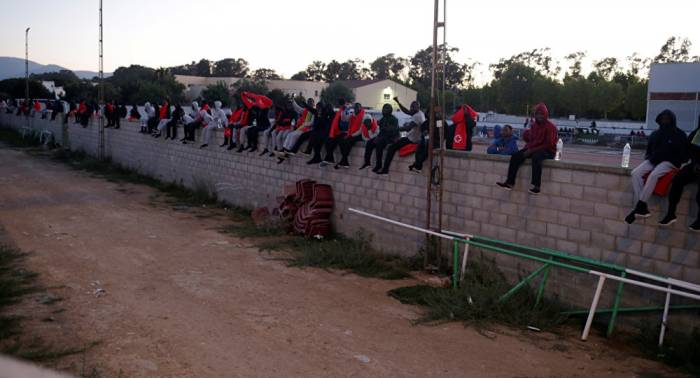 Casi una veintena de inmigrantes se fugan de un centro de internamiento en España