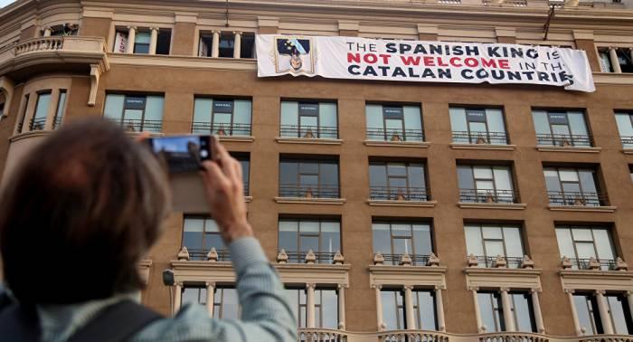 Polémica por el despliegue de pancartas contra el Rey de España en los actos de Barcelona