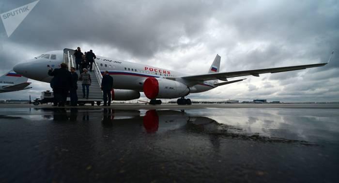 VIDEO: Flugzeug Tu-204 landet mit loderndem Triebwerk