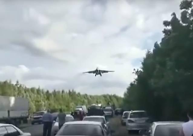 Kampfjets verursachen Stau auf russischer Autobahn – VIDEO