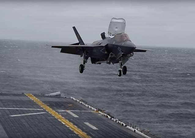 Amerikanische F-35 legt Senkrechtlandung auf Schiff hin – VIDEO