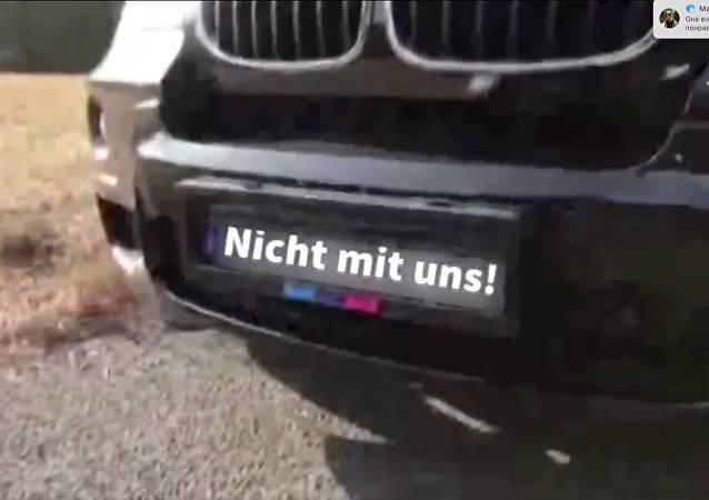 À la James Bond: Deutscher liefert Anti-Blitzer-Nummer und landet bei Polizei – VIDEO