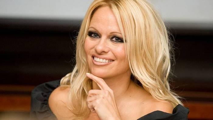 Pamela Anderson revela cómo es su relación con Julian Assange