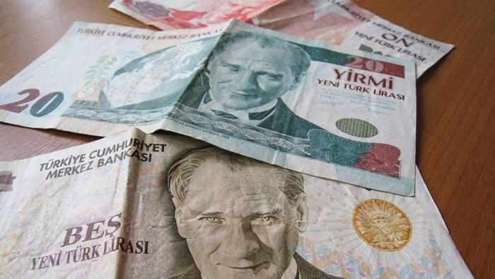 La lira turca cae un 13% frente al dólar, su mínimo histórico