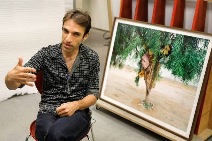 Un photographe israélien rend les migrants invisibles pour mieux les voir