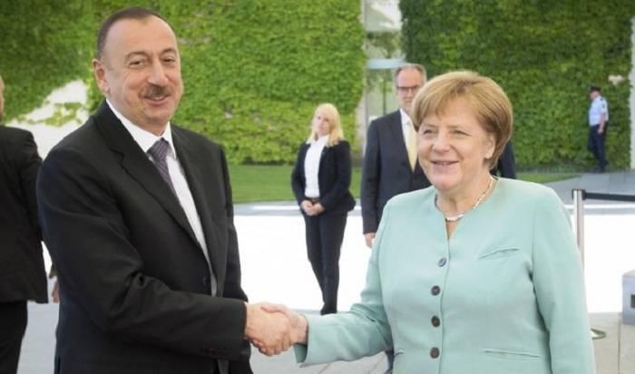 Bakıda Merkelin rəsmi qarşılanma mərasimi olub