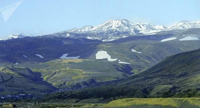 Volcán Ebeko de Kuriles arroja cenizas a 2.000 metros sobre el mar