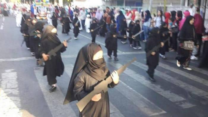 """Niqablı uşaqları """"silahla"""" parada çıxardılar - Qalmaqal (VİDEO)"""