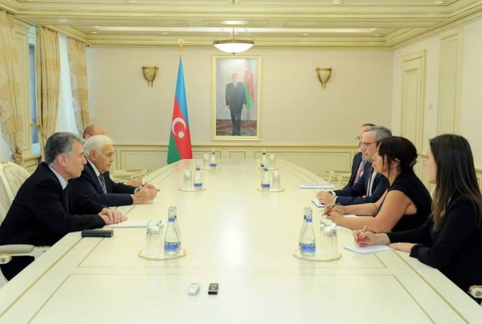 Parlamentssprecher Ogtay Asadov trifft sich mit Präsident von Nato-PV