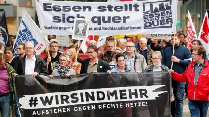 Tausende Menschen demonstrieren gegen rechts
