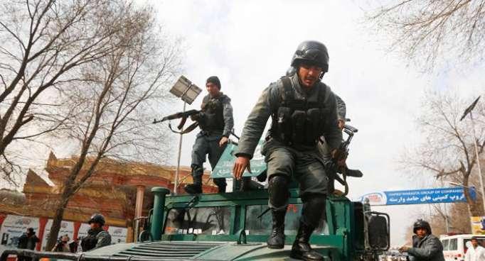 Varios policías mueren en choques armados con los talibanes en Afganistán