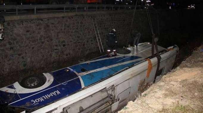 Türkiyədə avtobus su kanalına aşıb: