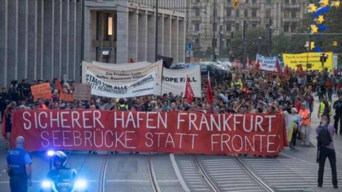 Miles de alemanes marchan en Frankfurt en apoyo a refugiados
