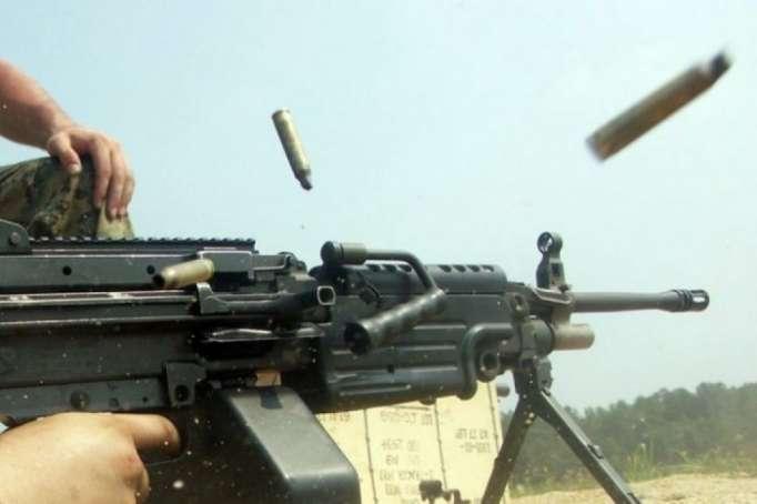 Armenische Einheiten beschießen aserbaidschanische Stellungen mit großkalibrigen Maschinengewehren