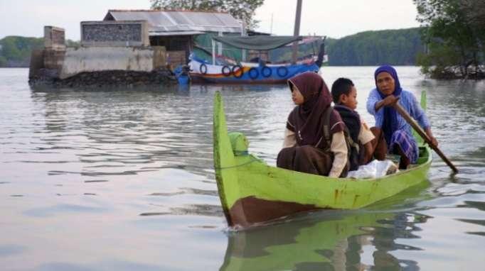 Mit Boot, Rad und Bus -derwohl mühsamste Schulweg der Welt