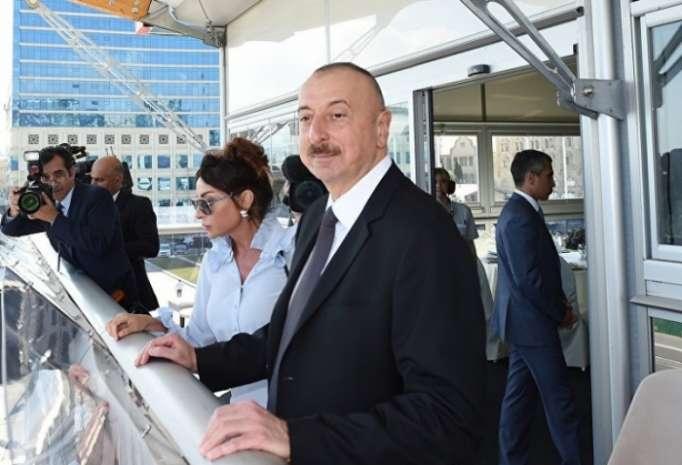 El líder azerbaiyano con su familia en la inauguración del Campeonato Mundial