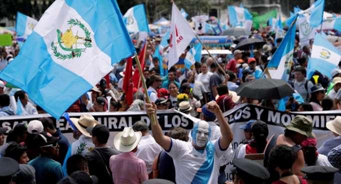 """Gobierno guatemalteco promete """"defender Constitución"""" ante orden sobre Velásquez"""