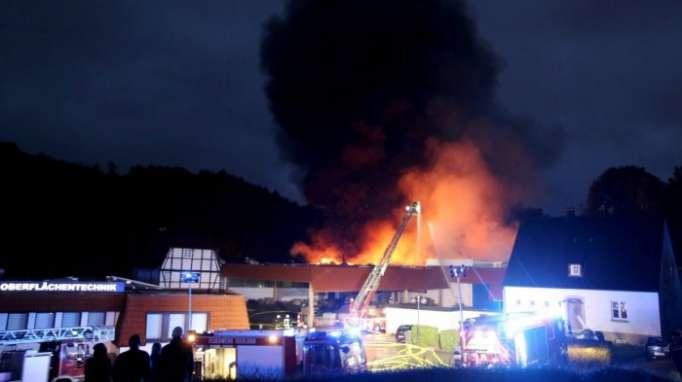 20 Feuerwehrleute leicht verletzt