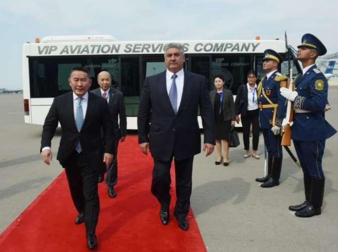 Präsident von Mongolei zu Arbeitsbesuch in Aserbaidschan eingetroffen