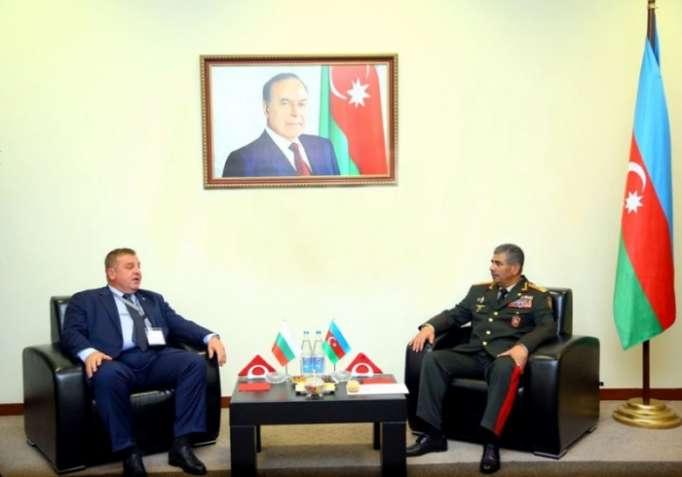 Ministro de Defensa de Azerbaiyán se reúne con su par búlgaro