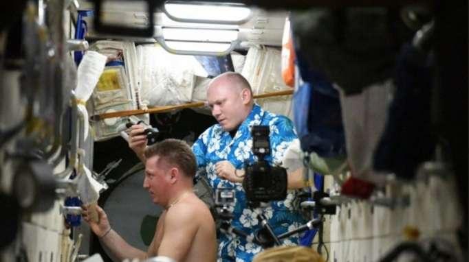 Space barbershop: Russian cosmonauts trim & count white hair after Soyuz depressurization - VIDEO